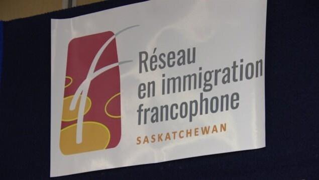 Image du logo du Réseau en immigration francophone de la Saskatchewan.