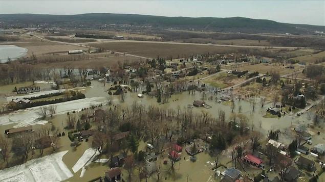 Vue aérienne des inondations à Rigaud