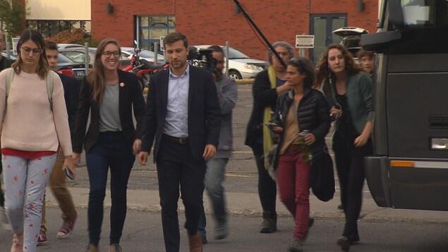 Le co-porte-parole de Québec solidaire, Gabriel Nadeau-Dubois, en visite dans le comté de Rimouski. Il est accompagné de la candidate locale Carol-Ann Kack
