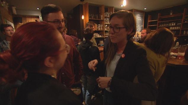 Carol-Ann Kack, candidate de Québec solidaire dans Rimouski en compagnie d'électeurs
