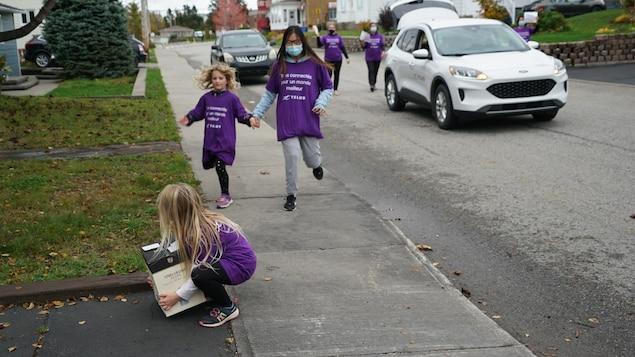 Des enfants participent à la collecte de denrées pour l'organisme Moisson Rimouski-Neigette.