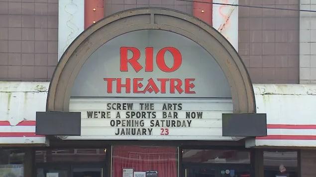 """L'enseigne du Rio sur laquelle on peut lire en anglais: """"au diable les arts, nous sommes maintenant un bar sportif. Ouverture le samedi 23 janvier."""""""