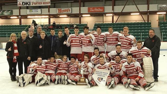 Des joueurs de hockey prennent la pose après avoir remporté un championnat.