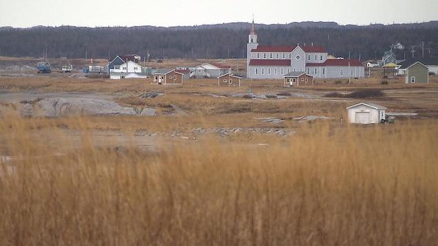 La municipalité de Rivière-au-Tonnerre. Une grande église et des bâtiments.