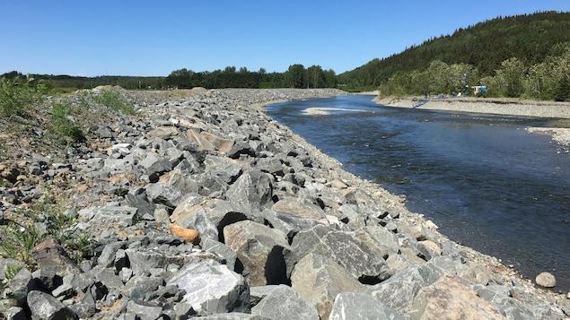 Enrochement le long d'une rivière