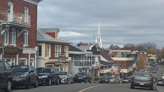 Une rue de Rivière-du-Loup avec l'église Saint-Patrice en arrière plan.