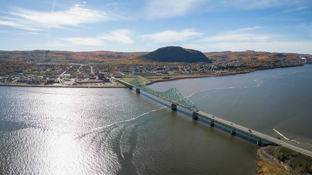 Vue aérienne de la rivière Restigouche, du pont J. C. Van Horne et de Campbellton en automne.