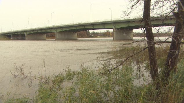 Une photo de la rivière dont le lit déborde à Winnipeg.