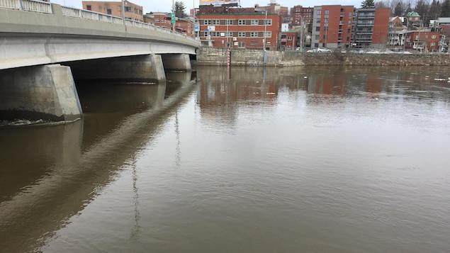 Avec la fonte des neiges, le niveau de la rivière Saint-François est à la hausse.