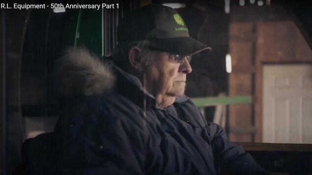 Raymond Brouillette dans son tracteur.