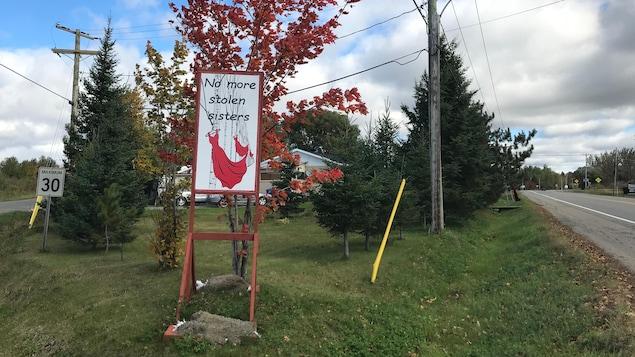 Une affiche dans la réserve de la Timiskaming First Nation lance un appel No more stolen sisters (plus jamais de soeurs volées)