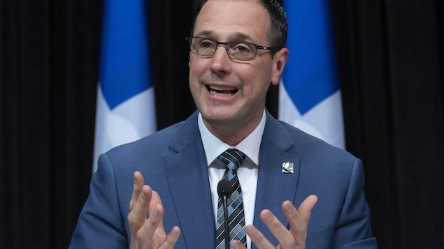 Le ministre Roberge lors d'une conférence de presse le 27 avril 2020