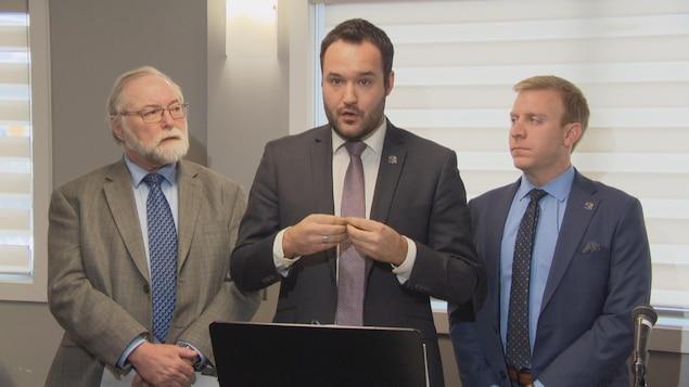 Les députés Robert Bussière, Mathieu Lacombe et Mathieu Lévesque.