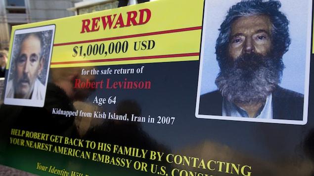 Une affiche montrant des photos de Robert Levinson et offrant une récompense.