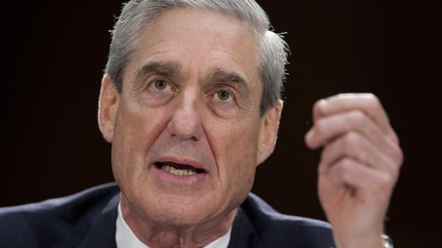 Robert Mueller, la main levée, témoigne devant le Congrès.