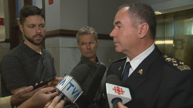 Robert Pigeon répond aux questions des journalistes lors d'une mêlée de presse à l'hôtel de ville de Québec.