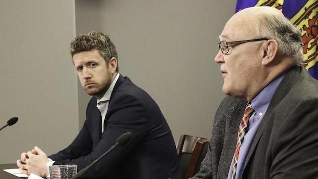 Iain Rankin (à gauche), premier ministre de la Nouvelle-Écosse, et le Dr Robert Strang (à droite), médecin hygiéniste en chef de la province, le 4 mai 2021 à Halifax.