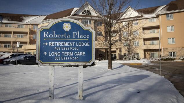 L'entrée du foyer des soins Roberta Place de Barrie, en Ontario.