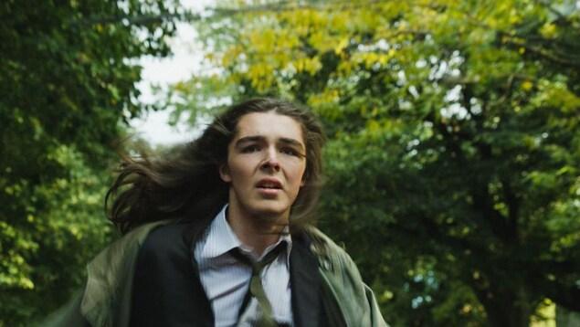 Une capture d'écran d'un film mettant en vedette un jeune comédien qui court.