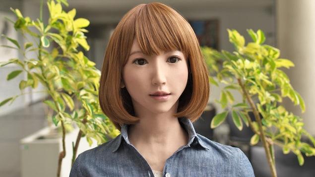 Un robot à l'apparence d'une jeune femme rousse