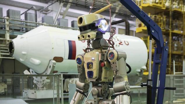 Le robot humanoïde est porté par une chèvre de levage.