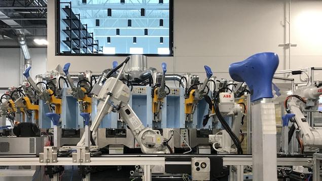Un robot dans un vaste local.