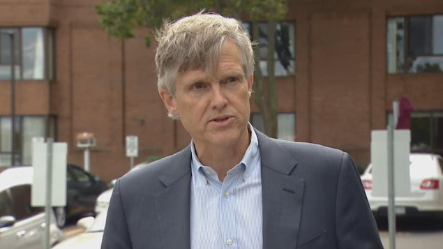 Rod Phillips, ministre des Soins de longue durée, répond à une question en point de presse.