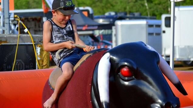 Un enfant sur un taureau mécanique