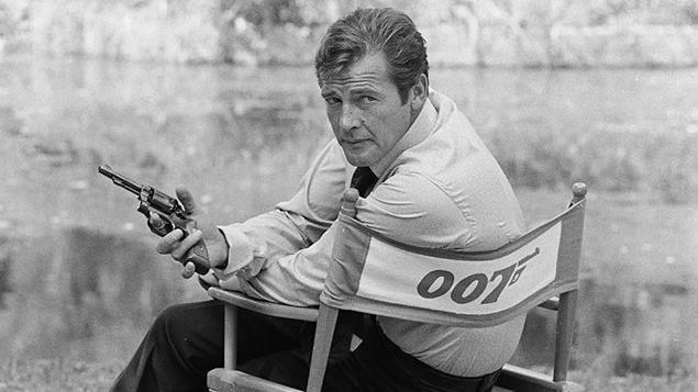 L'acteur Roger Moore sur un plateau de tournage