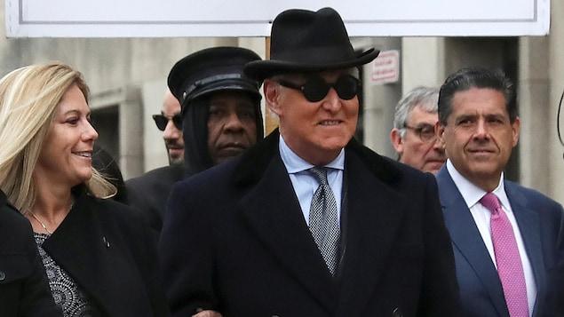 Roger Stone entouré de ses proches à son arrivée au tribunal.