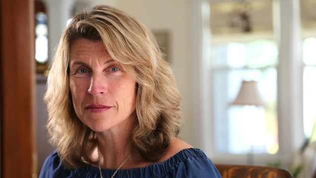 Portrait de Kate Rogers interviewée dans une maison