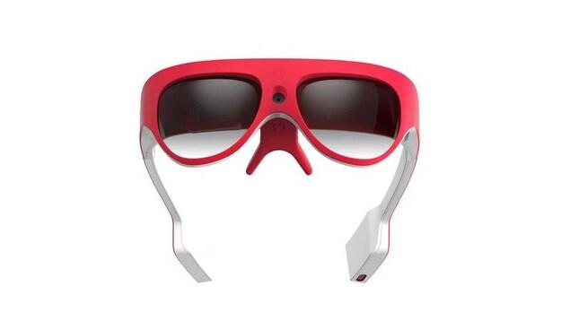 Une photo montrant d'épaisses lunettes rouges et blanches.