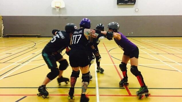 Des femmes pratiquant le roller derby