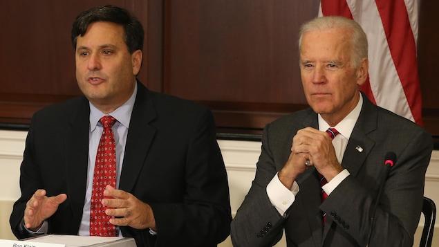 MM. Klain et Biden sont assis côte à côte et participent à un comité.