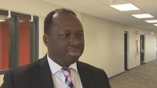 Ronald Ajavon, directeur général du CEF, répond aux questions du journaliste.