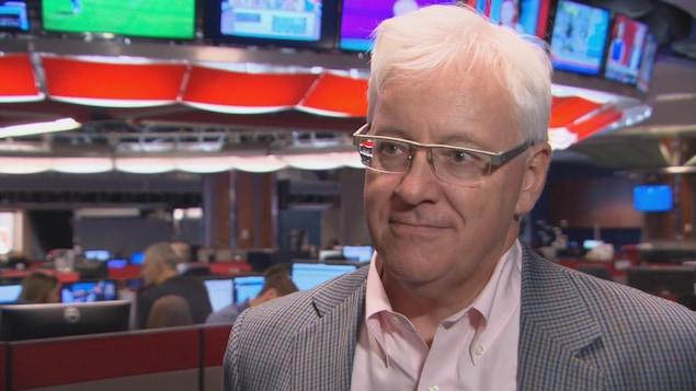 Me Ronald Caza répond aux questions d'un journaliste dans la salle de nouvelles d'ICI Ottawa-Gatineau