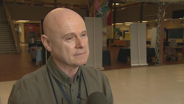 Ronald LeBlanc en entrevue dans un couloir de l'école