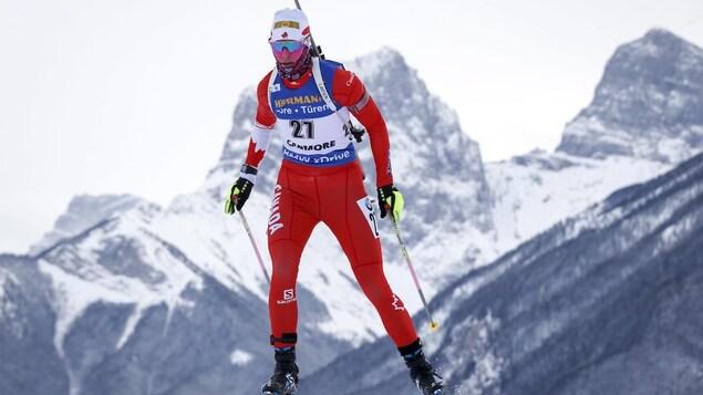 Une personne est en train de skier.