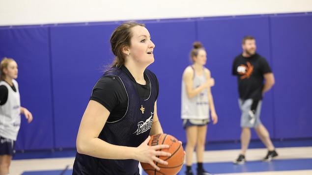 La joueuse de basketball Rosemarie Dumont à l'entraînement