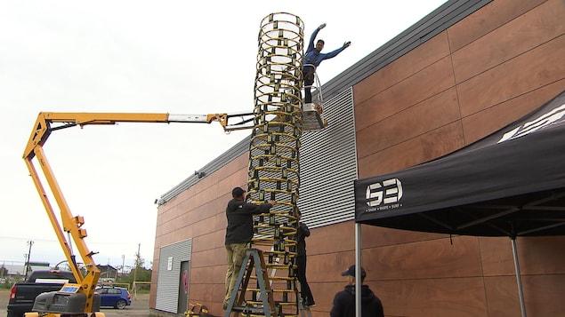 Des gens font une tour composée de 40 filets de roundnet.