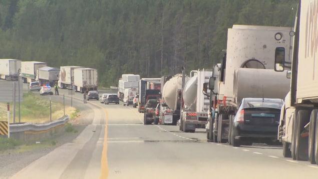 La route 104 est bloquée par des manifestants, mardi en début de soirée. De longues files de véhicules se sont rapidement formées dans les deux sens.