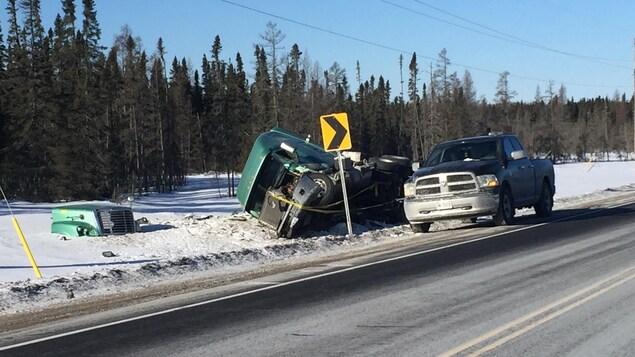 Un camion de transport renversé dans la neige sur l'accotement de la route 11 près de Greenstone, dans le Nord-Est ontarien
