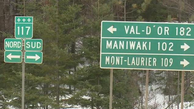 Affiches routières indiquant les directions de la route 117 (nord et sud), ainsi que le nombre de kilomètres avant d'atteindre Val-d'Or (182 km), Maniwaki (102 km) et Mont-Laurier (109 km).