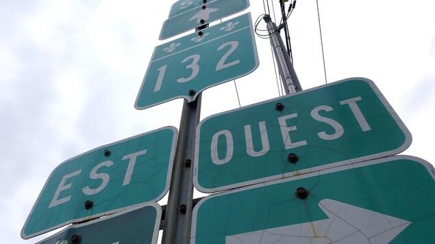 Des panneaux indiquent les directions est et ouest de la route 132.