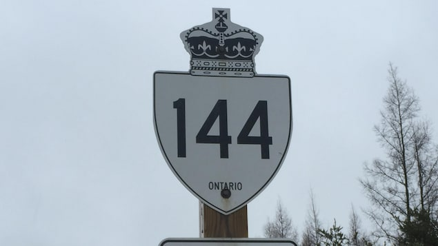 Panneau de signalisation de la route 144 en Ontario.