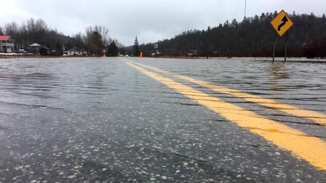 La route est submergée par l'eau.