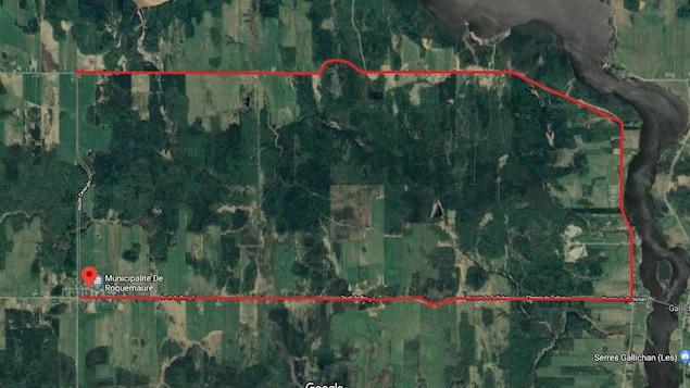 Une vue aérienne d'une route avec un tracé rouge.