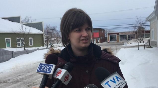 Roxanne Roy répond aux questions des journalistes.