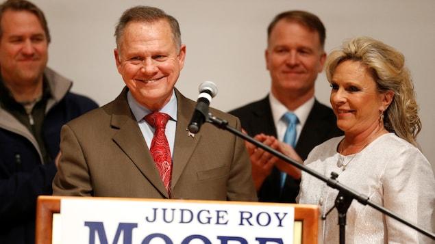 Roy Moore sourit sur la scène.
