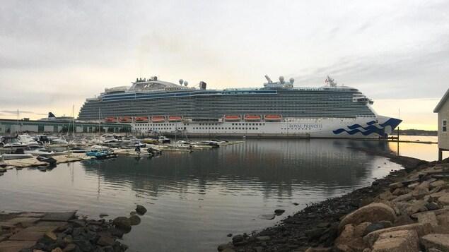 Le navire de croisière Royal Princess dans le port de Charlottetown en octobre 2018.